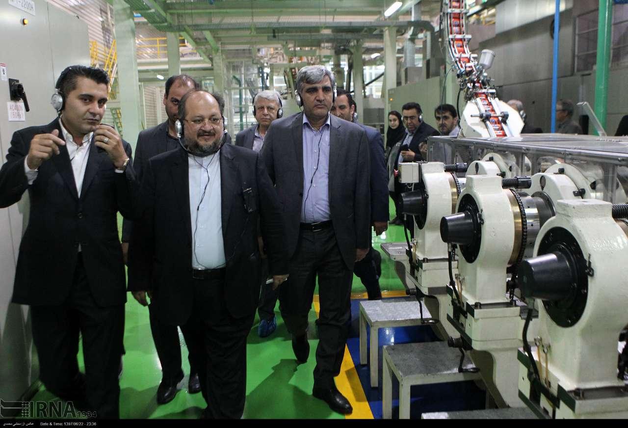 وزیر صنعت، معدن و تجارت با همراهی استاندار گیلان از شرکت تولیدی قوطی های آلومینیومی فوق سبک پنج لایه به همراه درب آسان باز شو بازدید کرد.