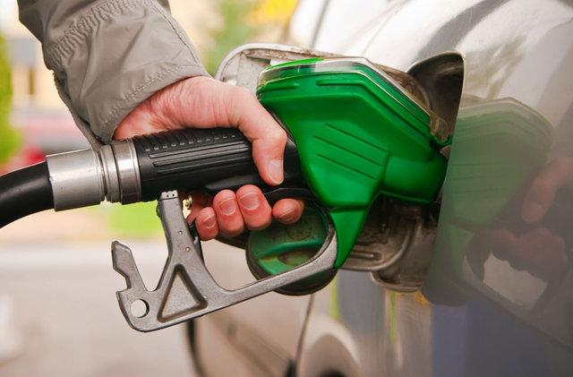 عضو کمیسیون انرژی: یک خانواده ۴ نفره ۱۲۰ لیتر در ماه بنزین دریافت میکند، آنهایی که نمیخواهند بفروشند