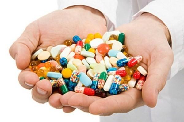 مسئولان راههای تامین دارو و تجهیزات پزشکی را برای مردم توضیح دهند