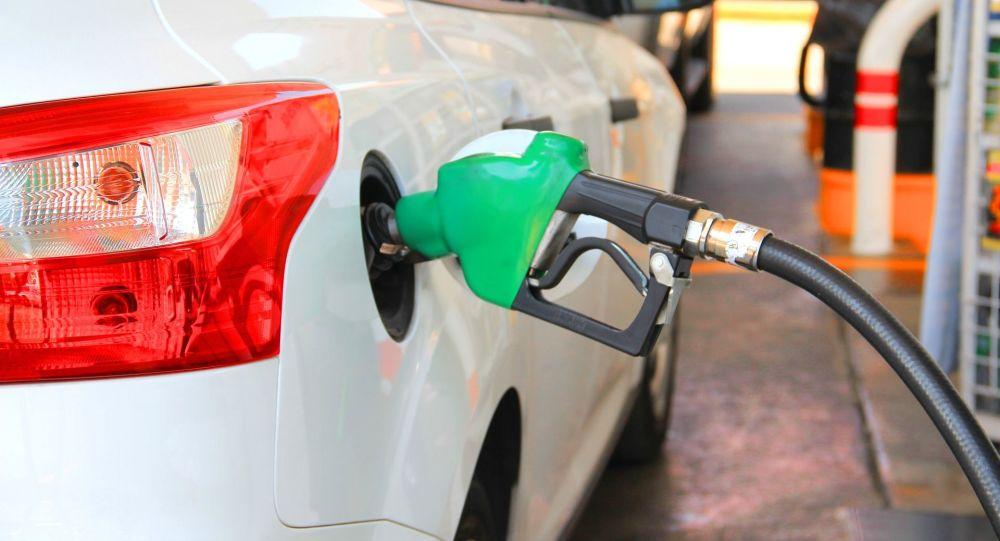 سهمیه بنزین «ماهانه ۳۰ لیتر بنزین ۱۰۰۰ تومانی به ازای هر فرد» در نظر گرفته شود / خانوارهای بدون خودرو یا کممصرف سود می کنند