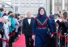 فیلمساز ایرانی با گل جهان بر فرش قرمز کازان